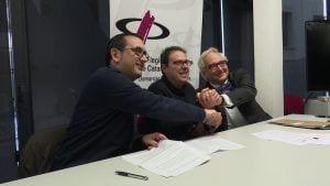 Signatura del conveni entre la llibreria Serret, Òmnium i la Fundació Carulla