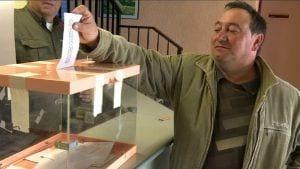 Un votant a la mesa instal·lada a Camarles