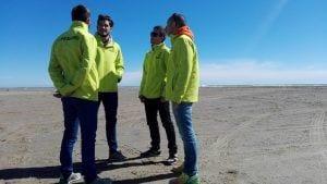 Quatre dels socorristes a la platja del Serrallo de Sant Jaume d'Enveja
