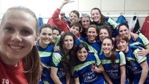 L'Handbol Club Perelló celebra la victòria contra l'AEH Les Franqueses
