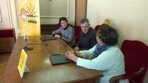 Ingrid Borràs, directora de l'Àrea de Negoci d'Amposta i Margarita Also, presidenta del Club Esportiu l'Àngel-APASA signen el conveni de col·laboració