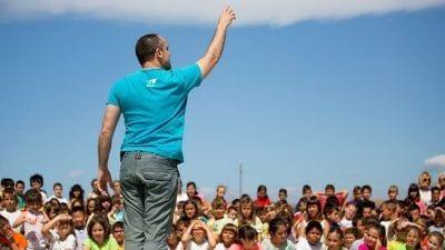Roberto Olivan amb els alumens de Deltebre