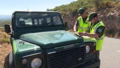 Els agents rurals al barranc de Carreretes, a la carretera que uneix Roquetes amb el cim del Caro