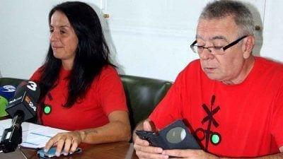 Els portaveus de la Plataforma Trens Dignes, Montse Castellà i Josep Casadó, durant la roda de premsa