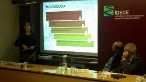 La guanyadora del premi IDECE, Montserrat Ferrús, durant l'exposició del seu treball. / Cedida