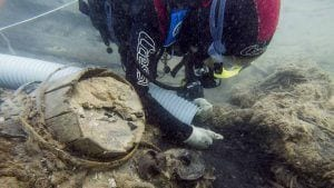 Un submarinista del CASC netejant la sorra de les restes del Deltebre I. Imatge cedida el 28 de desembre del 2016 /ACN