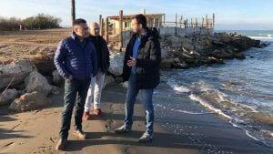 L'eurodiputat, Ramón Tremosa, va visitar la costa de Deltebre, acompanyat per l'alcalde / Cedida