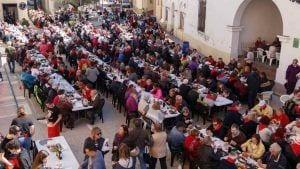 Aspecte del carrer del Bonaire, davant de l'Ajuntament de Benissanet, en el moment àlgid de la festa / Cedida
