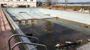 Estat actual de la piscina exterior del complex esportiu de Deltebre / Cedida