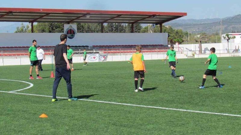 Xiquets jugant al futbol en un dels dies de formació a l'Ampolla / Cedida