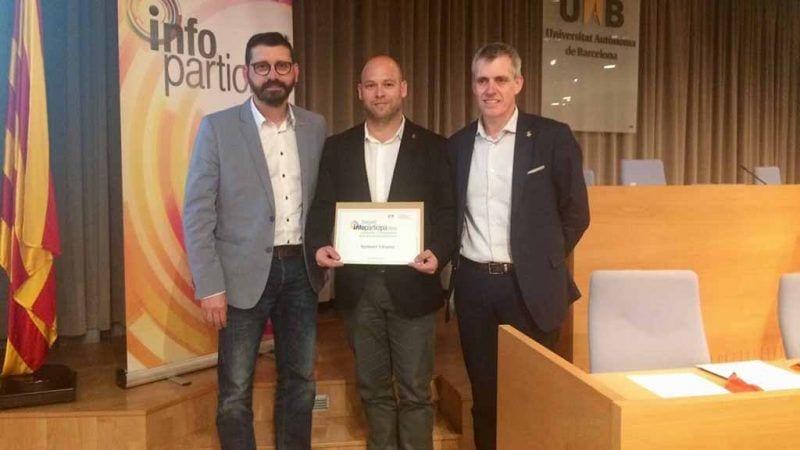 L'alcalde d'Amposta, Adam Tomàs, i el regidor, Ramón Bel, recollint el guardó / Cedida