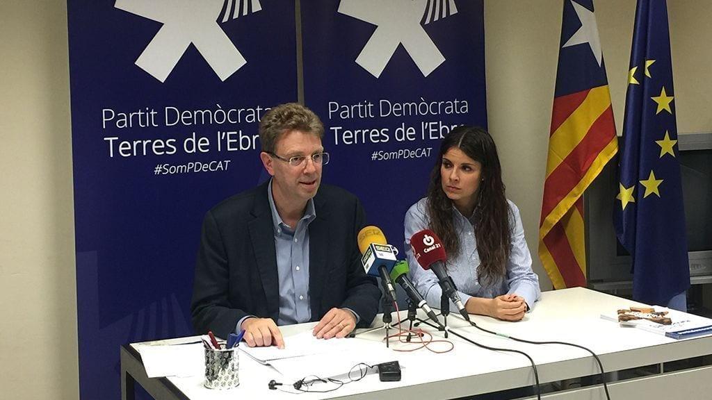Ferran Bel i la presidenta del PDECAT de les Terres de l'Ebre, Mònica Sales, divendres passat a Tortosa