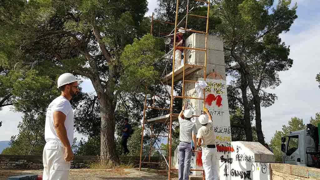 Operaris de la Diputació enderroquen el monument franquista, aquest matí