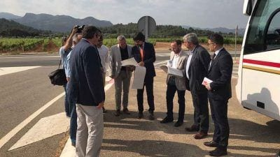 Font i Pallarès al lloc on es construirà la nova parada de bus / TES