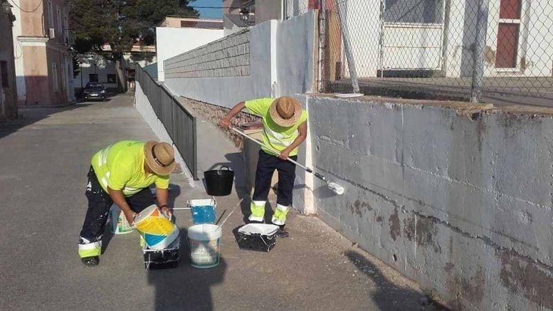 Operaris realitzant tasques de pintura al Pinell de Brai / Diputació de Tarragona