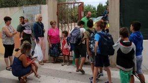 Alumnes de l'escola Sant Àngel de Camarles a punt d'entrar a l'escola el primer dia de classe / ACN