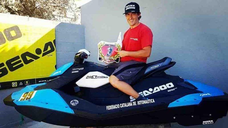 El pilot ampostí, Jordi Tomàs, amb el títol de campió / Facebook Jordi Tomàs