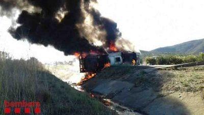Incendi del camió cisterna a l'AP-7 a Freginals / Bombers