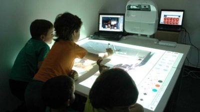 El curs passat els estudiants de primària i infantil del campus van organitzar tallers per als alumnes del col·legi Sant Llàtzer fent servir les eines de l'ETLAB / URV