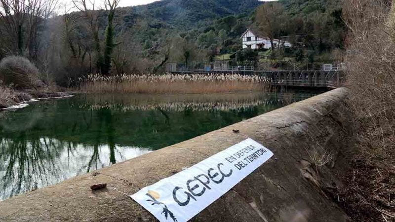 L'assut, riu avall del pantà de Siurana -entrant al terme de Poboleda-, des d'on es deriva l'aigua del a Riudecanyes, amb una pancarta desplegada de l'entitat ecologista Gepec / ACN - Núria Torres