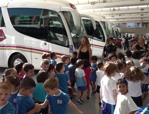 Dos-cents escolars de Tortosa descobreixen el món del transport públic de la mà de la Policia Local
