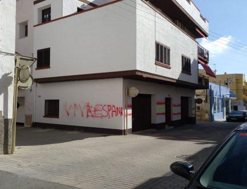 Pinten amb símbols unionistes la façana d'una casa particular de la Ràpita