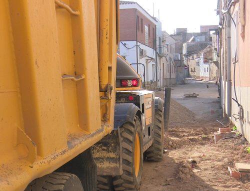 Santa Bàrbara pavimenta dos nous carrers mentre licita les obres d'una nova via pel gener
