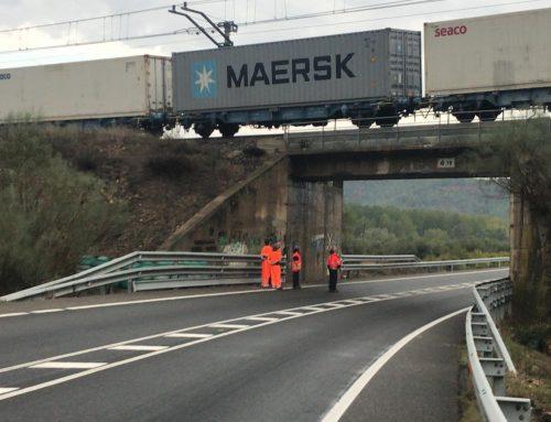 Tallada la C-12 i l'R-15 per l'afectació del pont del tren a Garcia