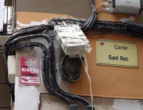 El cablejat de les façanes del nucli històric de Tortosa enfureix els veïns