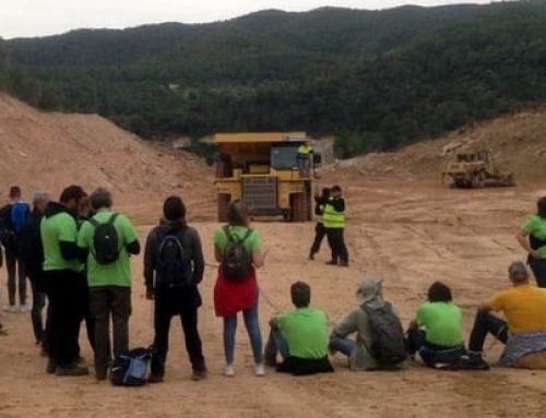 Una vintena de persones s'encadenen als terrenys on es fan les obres de l'abocador de Riba-roja