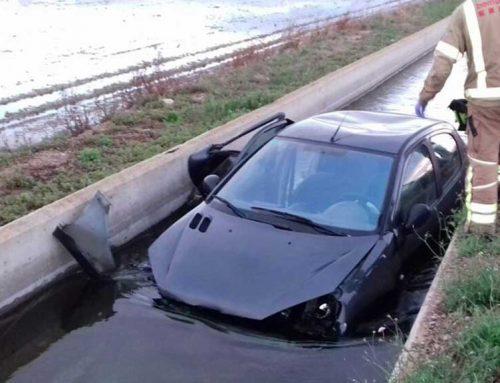Un cotxe cau al canal a Deltebre aquesta matinada