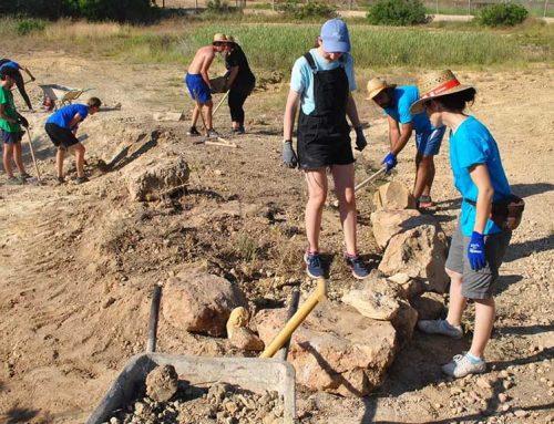 Catorze joves voluntaris arribats de tot el món treballen en un Camp de Treball a l'Ampolla