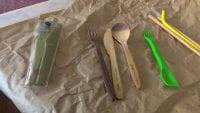 Alternatives als coberts d'un sol ús: plàstic reutiltizable i bambú.