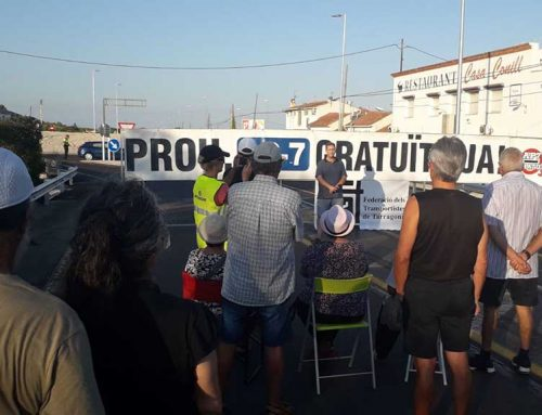 Mig centenar d'ebrencs participen al darrer tall a la N-340 a les Cases d'Alcanar
