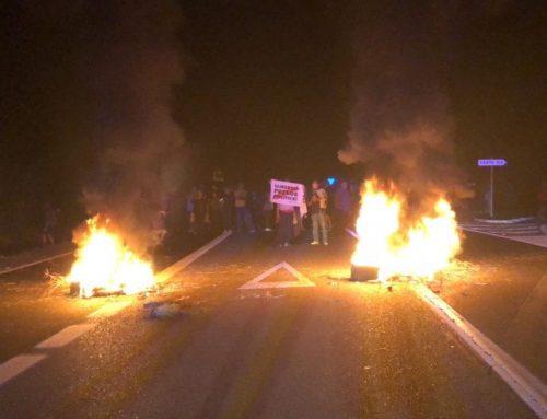 Una cinquantena de persones tallen amb fogueres la C-12 a Xerta durant dues hores