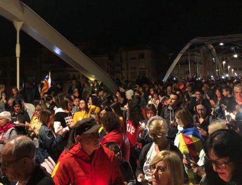 Desenes de centenars de persones omplen el Pont de l'Estat de Tortosa en protesta per les condemnes de l'1-O