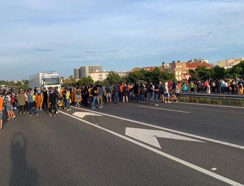 Més d'un centenar de persones tallen l'autopista AP-7 i la N-340 a l'Ampolla