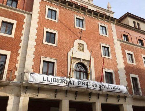 L'Ajuntament de Tortosa torna a penjar la pancarta que reclama la llibertat dels presos polítics
