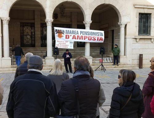 Jubilats ampostins es concentren a la plaça de l'Ajuntament per reclamar una millora de les pensions