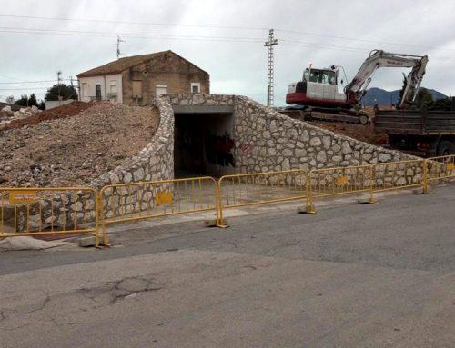 L'Aldea enderroca un antic pont del tren per millorar l'accés en vehicle al CAP i la zona esportiva