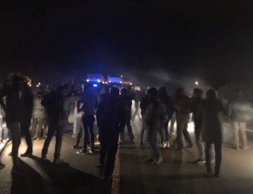Diverses desenes de persones tallen l'autopista AP-7 a l'Ampolla convocades pel CDR