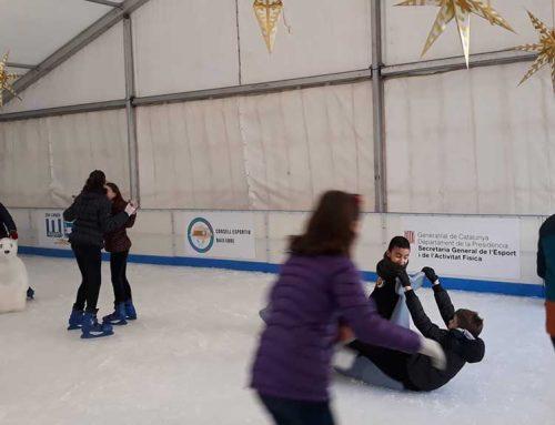 Prop de 2.500 escolars del Baix Ebre gaudeixen de la pista de gel de Tortosa en horari lectiu