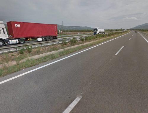 Dues persones resulten ferides lleus en una sortida de via d'un camió a l'AP-7 a Ulldecona