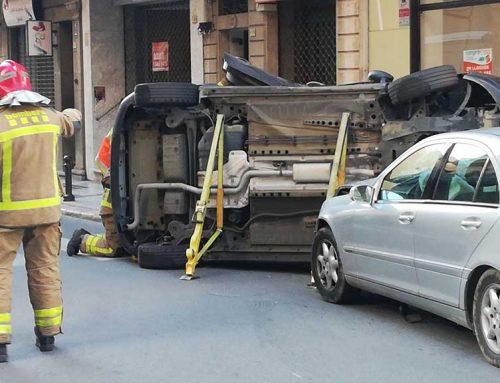 Tres ferits en un espectacular accident de trànsit al centre de Tortosa