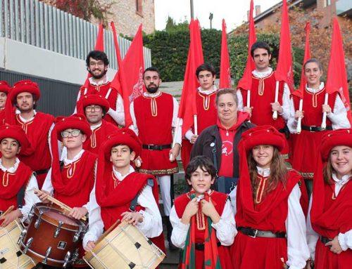 Els abanderats de Tortosa promocionen la Festa del Renaixement a la Fira Medieval de Castelldefels