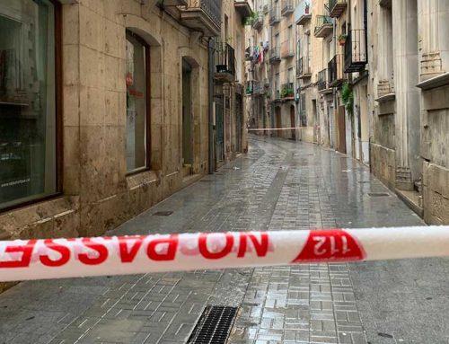 El carrer Montcada de Tortosa tallat per un despreniment interior a un immoble