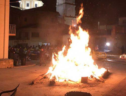 Riba-roja celebra sant Antoni amb la tradicional foguera i un sopar popular a la plaça del Refossar