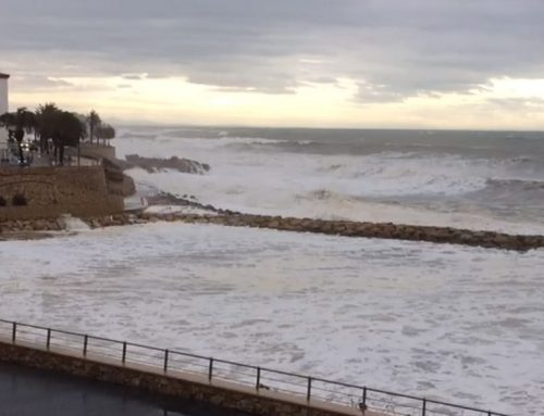 El temporal, amb onades superiors als cinc metres d'alçada, s'engoleix la platja de l'Alguer a l'Ametlla de Mar
