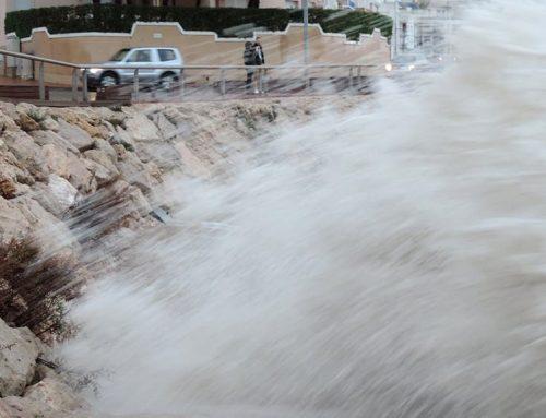 El temporal inunda el passeig marítim de l'Ampolla i enfonsa un iot amarrat al port