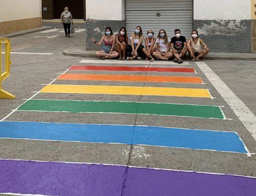 Riba-roja d'Ebre pinta mobiliari urbà amb colors de l'arc de sant Martí per reivindicar els drets del col·lectiu LGBTIQ+